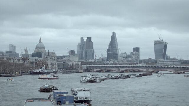 File:9x02 London over Thames.jpg