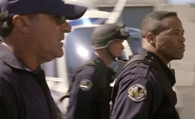 File:3x05- Officers look on at Bauer holding Ramon Salazar hostage.jpg