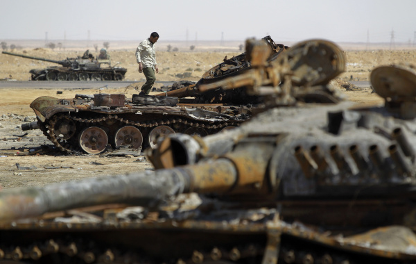 File:Destroyed Libyan tanks near Sirte (SIADD).jpg