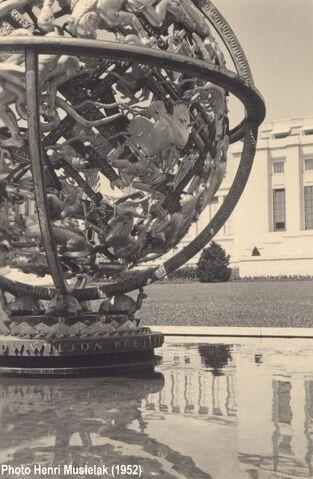 File:Genève - La sphère armillaire (1952).jpg