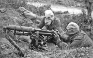 800px-Vickers machine gun crew with gas masks