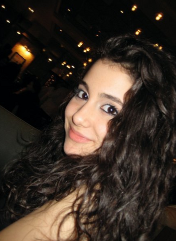 File:Brown-hair-Ariana-smiling.png