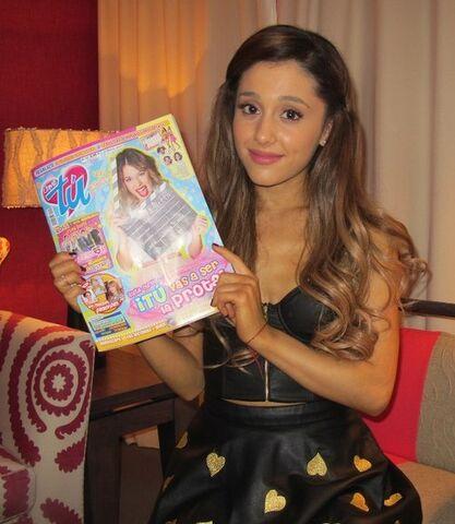 File:Ariana holding a Tu Magazine issue.jpg