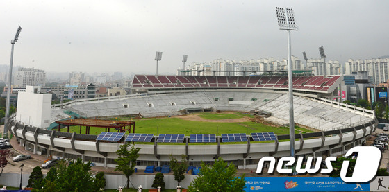 File:Remodeling Suwon Baseball Stadium Red Wine Chairs 5 (2014~).jpeg