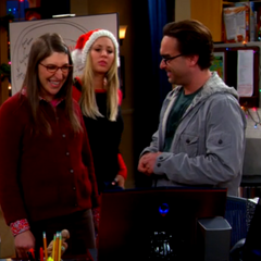 Amy happy over seeing Sheldon's screensaver picture of her.