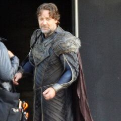 Russell Crowe on set as Jor-El.