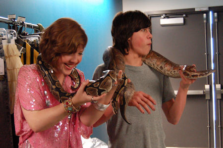 File:Munro and Aislinn behind the scenes.jpg