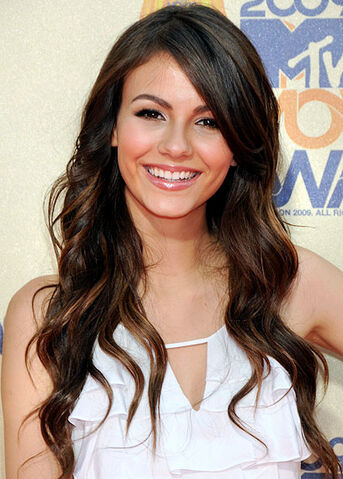 File:Victoria-Justice-white-dress.jpg