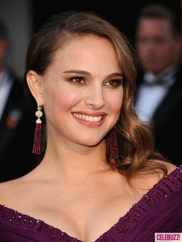 File:Natalie-portman-oscars-2011-red-carpet4-435x580.jpg