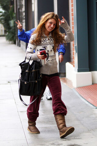File:Shenae+Grimes+Walking+Chanel+Q1DcqvnY6MUl.jpg
