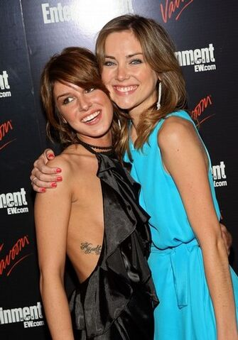 File:Shenae-grimes-and-jessica-stroup.jpg