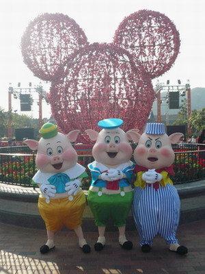 File:Three Little Pigs HKDL.jpg