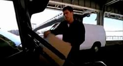 Grand Theft Auto 2 The Movie - Claude guardando todo en el maletero