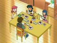 Archivo:EP497 Comiendo en el centro Pokémon de Marnie y Paige.png