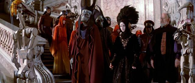 Archivo:OOM-9 capturando a la Reina Amidala.jpg