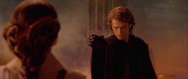 Archivo:Anakin-estrangula-Padmé.jpg