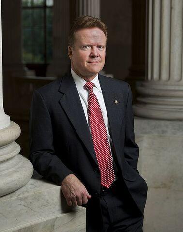 File:Jim Webb, leaning against pillar, 2007.jpg