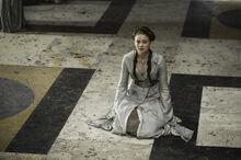 Санса в Тронном зале во время издевательств Джоффри.