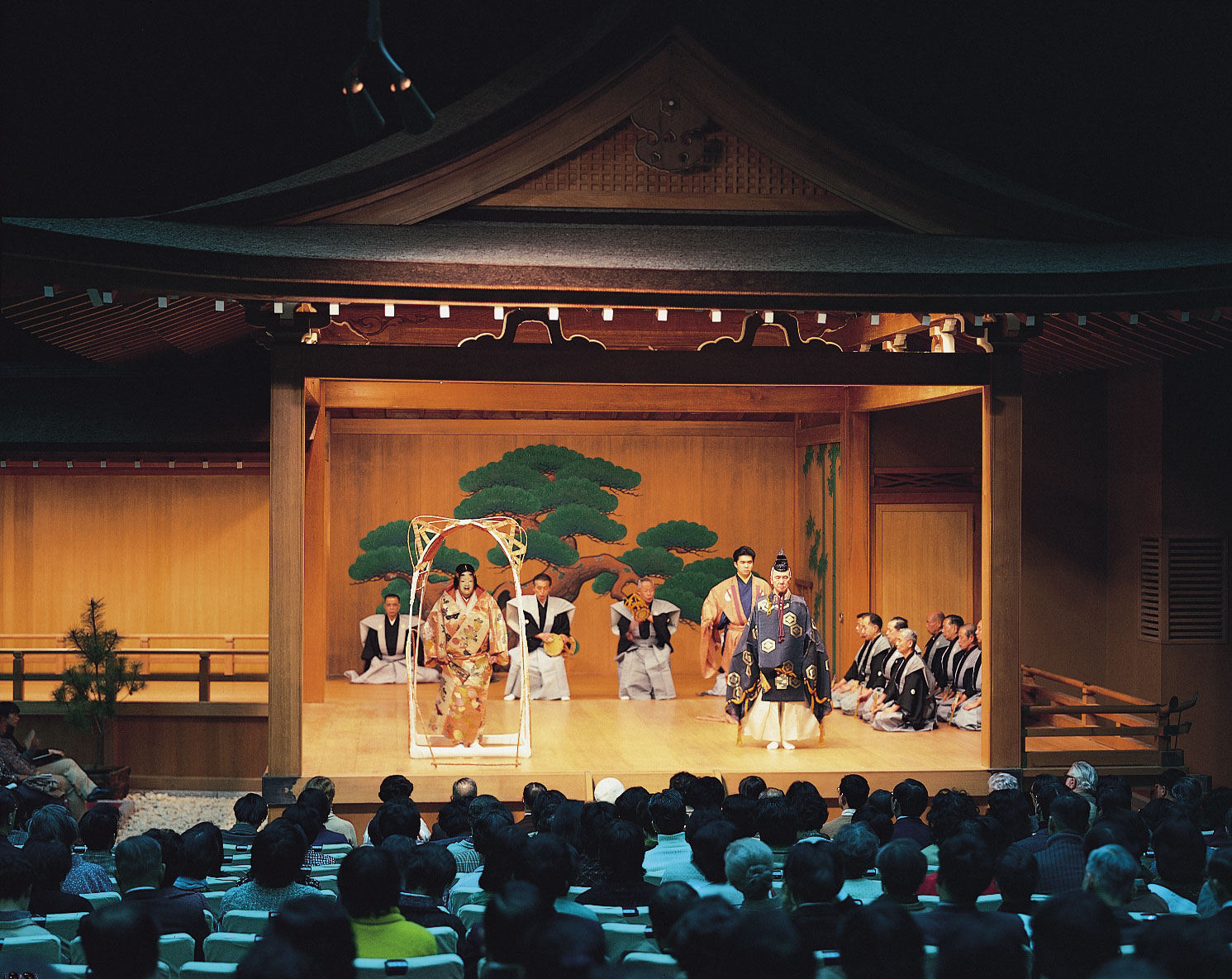 the noh theater of japan Of all the japanese masks thenoh mask is said to be the most artistic one the  origins of noh theatre go back to the thirteenth century at that time a very popular .