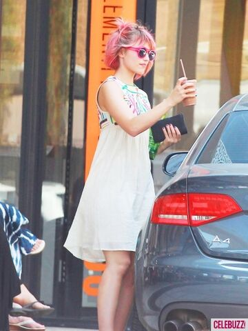 File:Dianna Agron Dyes Her Hair Pink-6-435x580.jpg