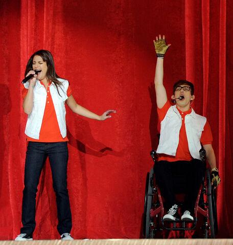 File:Glee Live @ Staples Center.jpg