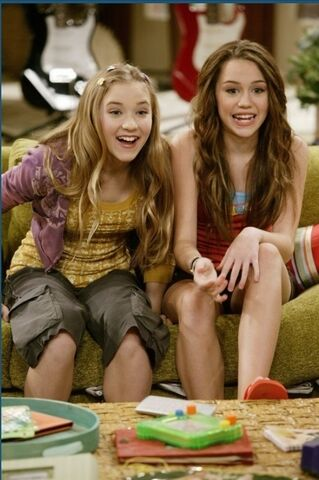 File:Hm-miley-and-lily-9291597-486-731.jpg