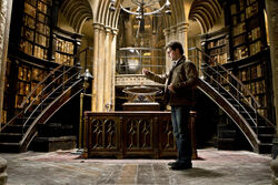 HarryPotter WB F8 HarryPotterLookingIntoThePensieve Still 100615 Land