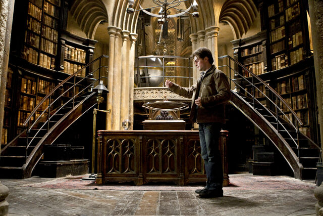 File:HarryPotter WB F8 HarryPotterLookingIntoThePensieve Still 100615 Land.jpg
