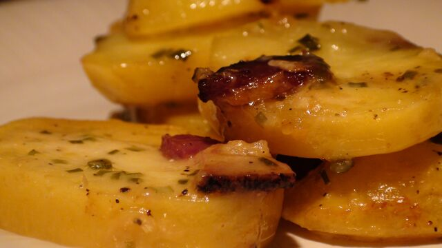 File:Cheesy garlic potatoes.jpg