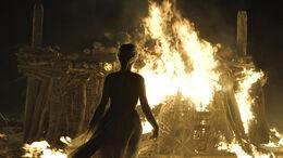 Daenerys entra a la pira funeraria HBO.jpg