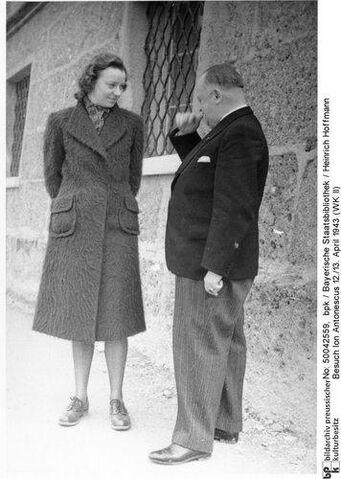 File:Constanze Manziarly with A Kannenberg, standing at Schloss Klessheim april 1943.jpg