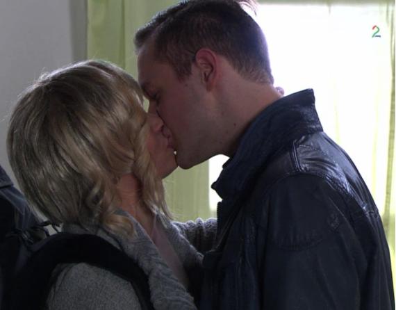 Fil:Katrine kysser Harald.png