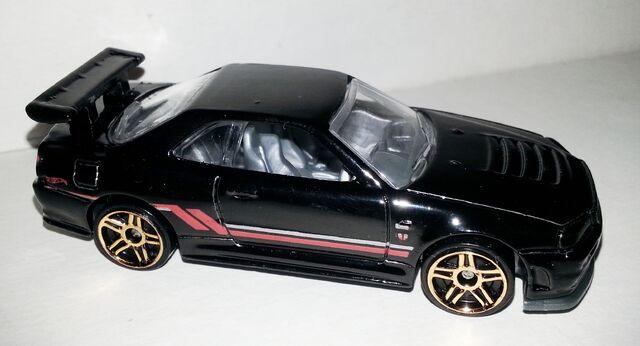 File:HW-2014-230-Nissan Skyline GT R (R34)-ThenAndNow.jpg