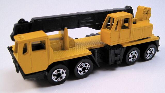 File:Construction crane, yellow, BW, MAL base.JPG