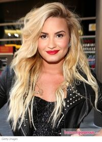 Demi-lovato-blonde-wavy-hairstyle-becomeogrgeous