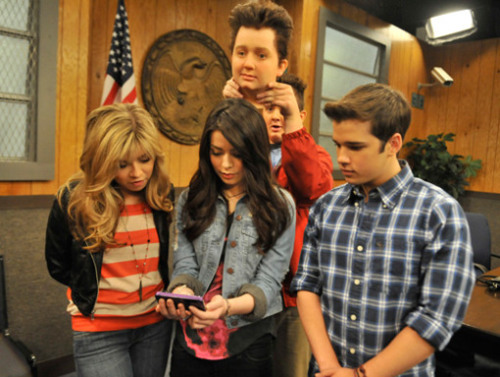 File:Icarly gang phone message isp.jpg