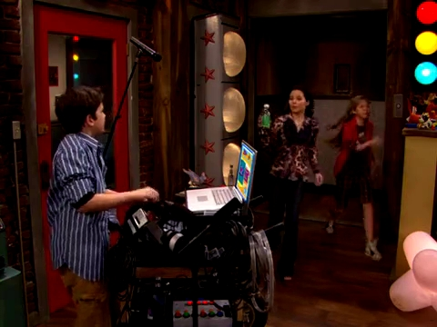 File:ICarly.S01E01.iPilot.HR.DVDRiP.XviD-LaR.avi 001183125.jpg