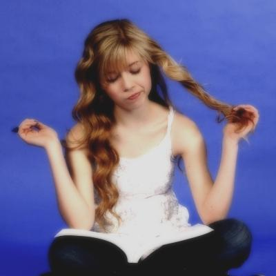 File:Jennette McCurdy Reading.jpg