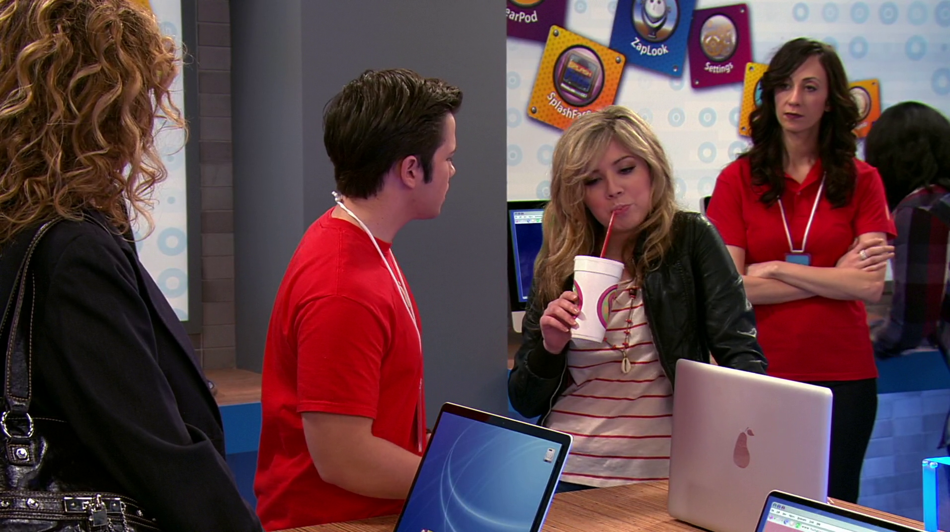 File:ICarly-iPear-Store-Episode-8.png