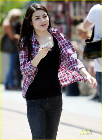 File:Miranda-cosgrove-wrong-side-driving-06.jpg
