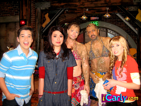 File:I-take-on-Dingo-icarly-6793013-480-360.jpg