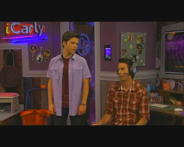File:ICarly S04E06.7-iStart a Fan War.HDTV-(008972)11-38-30-.jpg