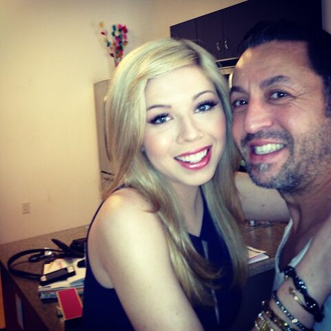 File:Jennette getting ready for the KCAs with Robert Ramos.jpg