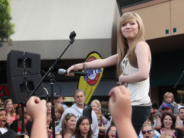 File:Jennette - On Stage (for the fans).jpg
