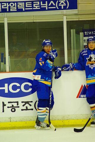 File:Kim Kyu-hunwarmup.JPG