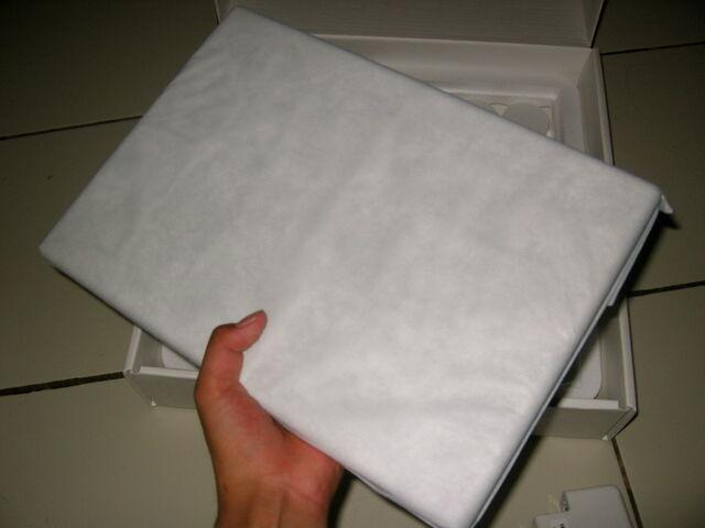 Berkas:Macbook unpacking3.jpg