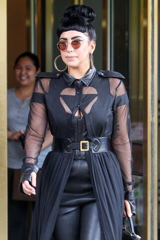 File:6-13-14 Leaving her apartment in NYC 001.jpg