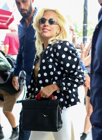 File:6-21-15 Arriving at her apartment in NYC 001.jpg