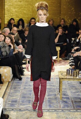 File:Chanel Pre-Fall 2011 Black Dress With White Collar.jpg