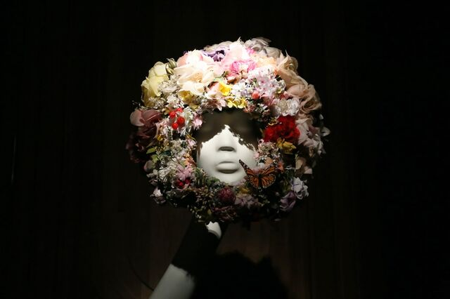 File:Philip Treacy - Floral headpiece.JPG